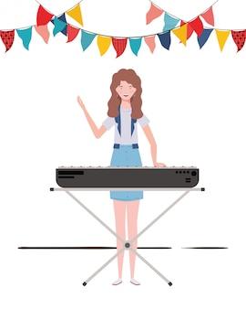 Mujer joven con teclado de piano