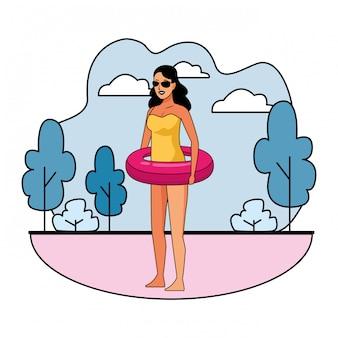 Mujer joven en traje de baño de dibujos animados