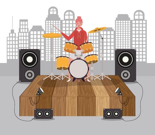 Mujer jugando batería batería personaje
