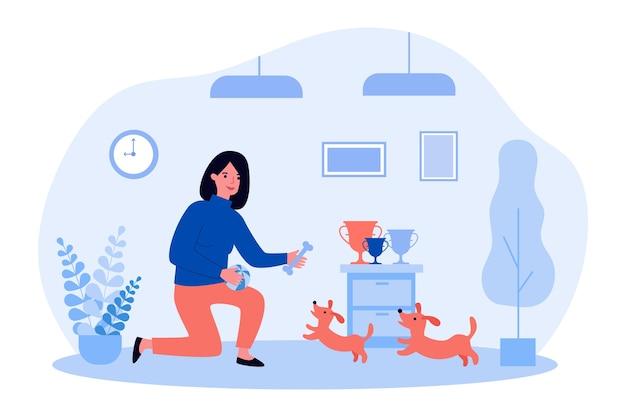 Mujer jugando con perros lindos