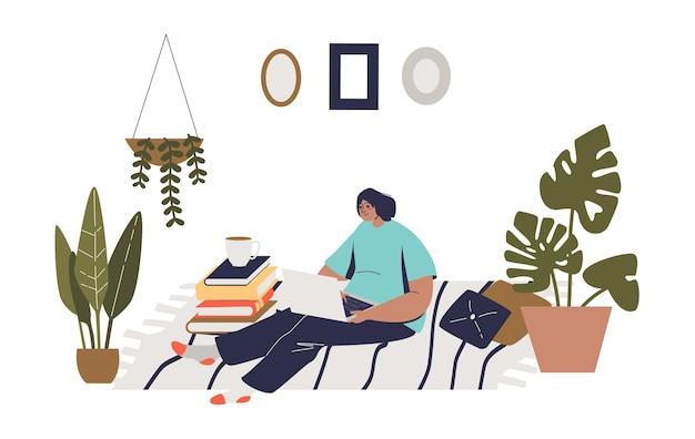 Mujer con laptop sentada en el sofá en casa