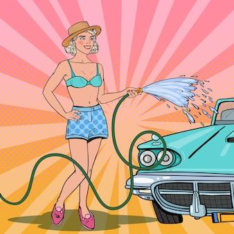 Mujer lavando coche clásico con manguera