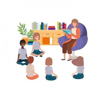 Mujer con libro de lectura en el sofá y niños.