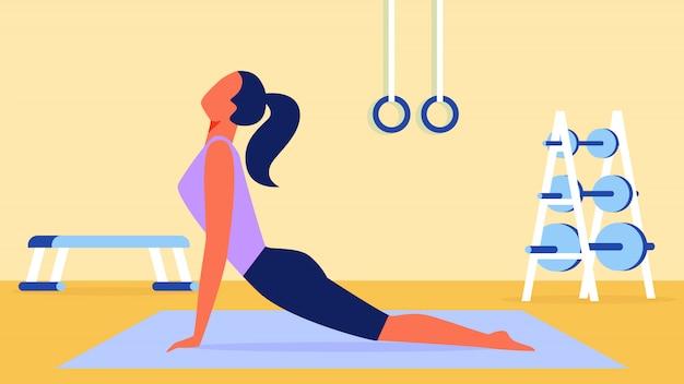 Mujer en lila camiseta estirando en estera de gimnasia