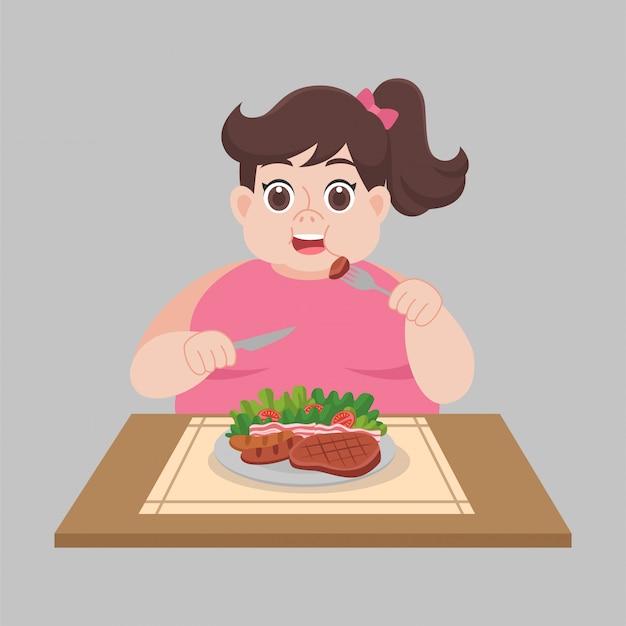 Mujer lista para comer alimentos, ensaladas, salchichas, filetes, vegetales