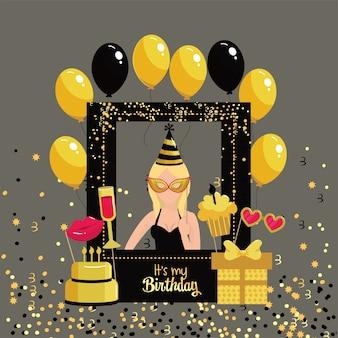 Mujer con marco de cumpleaños y decoración de globos.