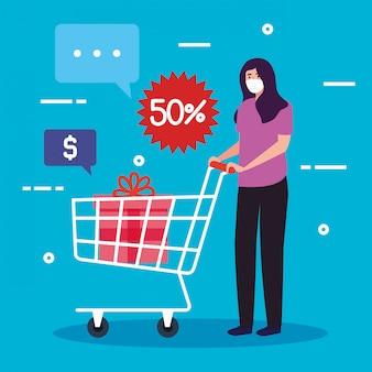 Mujer con máscara médica, mientras hace compras en el carrito de empuje, manténgase segura mientras compra, descuento, precio bajo, productos con cincuenta por ciento de descuento