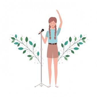 Mujer con micrófono y ramas y hojas