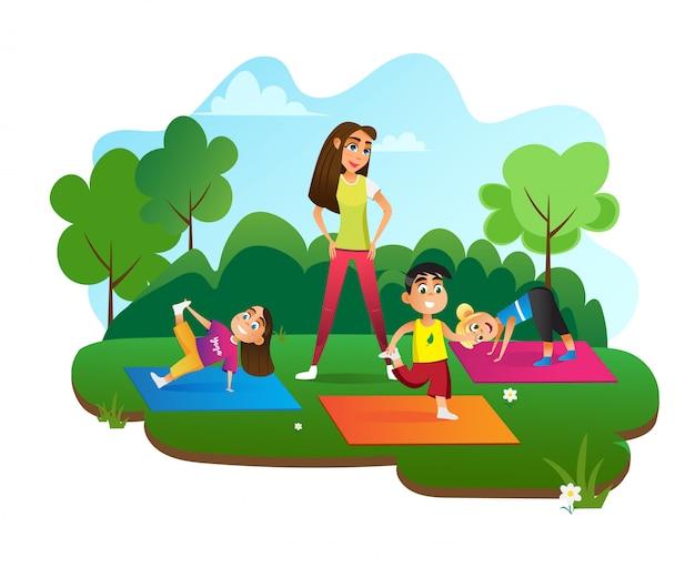 Mujer mirando a los niños haciendo ejercicios en diferentes poses