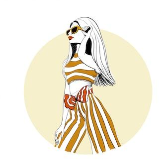 Mujer de moda en el bosquejo de traje a rayas