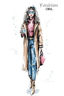 Mujer de moda con ilustración de taza de café de papel