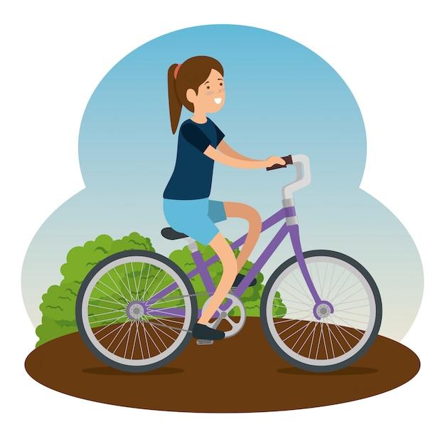 Mujer montando una bicicleta para hacer ejercicio