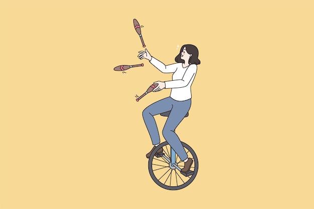 Mujer montar monociclo hacer malabares con bolos