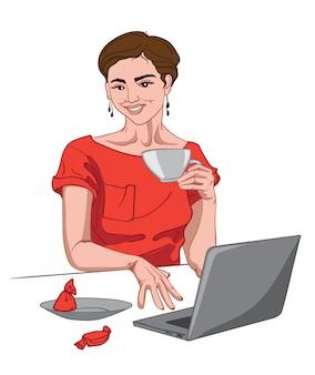 Mujer morena alegre en vestido rojo mirando a la cámara con una taza de café en la mano y trabajando. caramelo rojo en la mesa