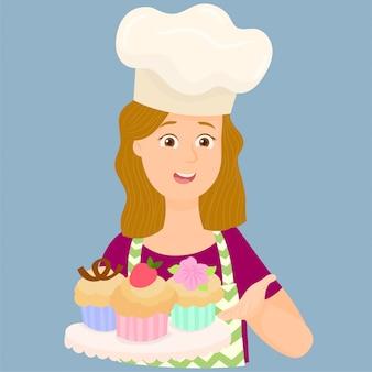 Mujer mostrando algunos de sus cupcakes recién horneados.