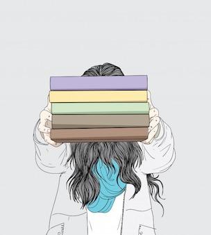 La mujer muestra sus muchos libros favoritos en la biblioteca