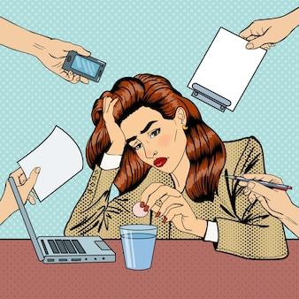 Mujer de negocios de arte pop bebiendo pastillas en el trabajo de oficina multitarea. ilustración