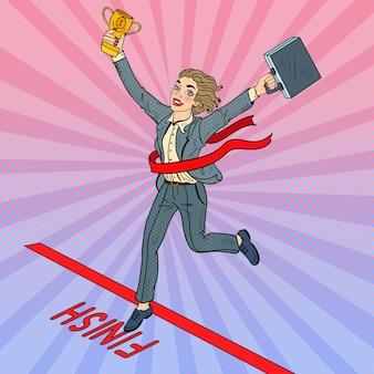 Mujer de negocios de arte pop con copa de oro cruzando la meta.