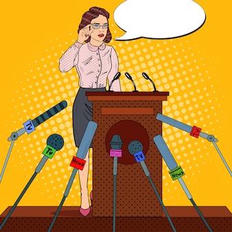 Mujer de negocios de arte pop dando conferencia de prensa. entrevista a los medios de comunicación. ilustración vectorial