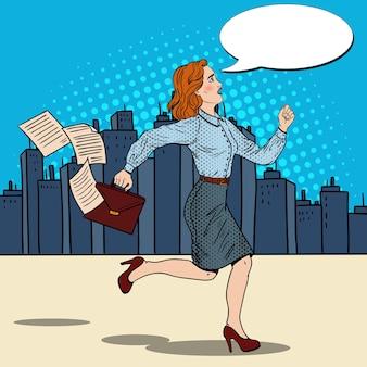 Mujer de negocios de arte pop con maletín corriendo al trabajo.