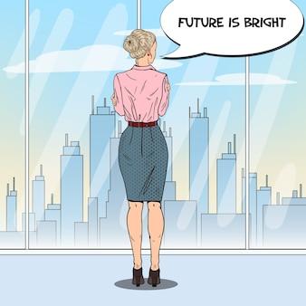 Mujer de negocios de arte pop mirando a la ciudad a través de la ventana en la oficina.