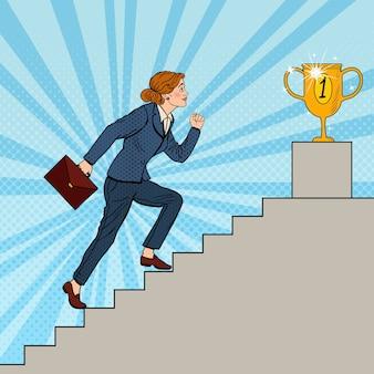 Mujer de negocios de arte pop subiendo escaleras a la copa de oro.