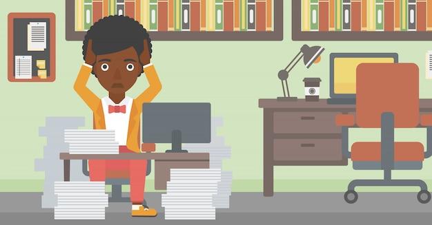 Mujer de negocios en la desesperación sentado en la oficina