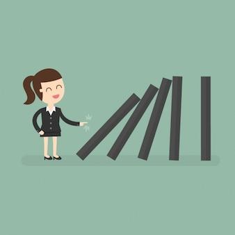 Mujer de negocios empujando las piezas