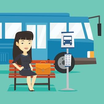 Mujer de negocios esperando en la parada de autobús.