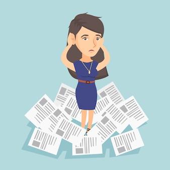 Mujer de negocios estresada que tiene mucho trabajo por hacer.