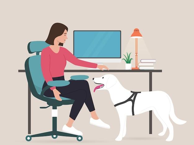 Mujer de negocios joven trabajando desde casa con perro