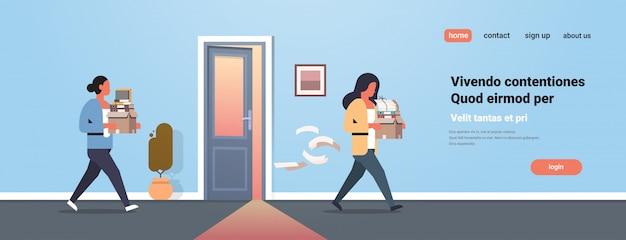 Mujer de negocios llevando caja con cosas nueva puerta de la oficina de trabajo despedido frustrado