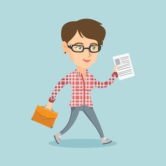 Mujer de negocios con maletín y documento