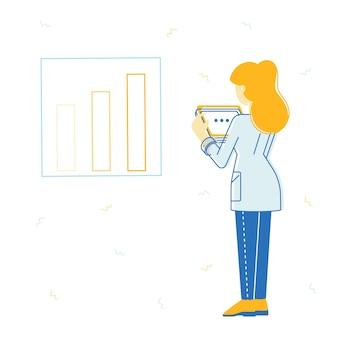 Mujer de negocios de pie delante del gráfico de columnas de crecimiento financiero