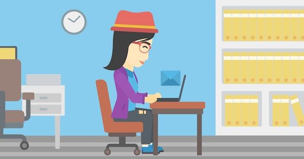 Mujer de negocios que recibe o envía un correo electrónico.