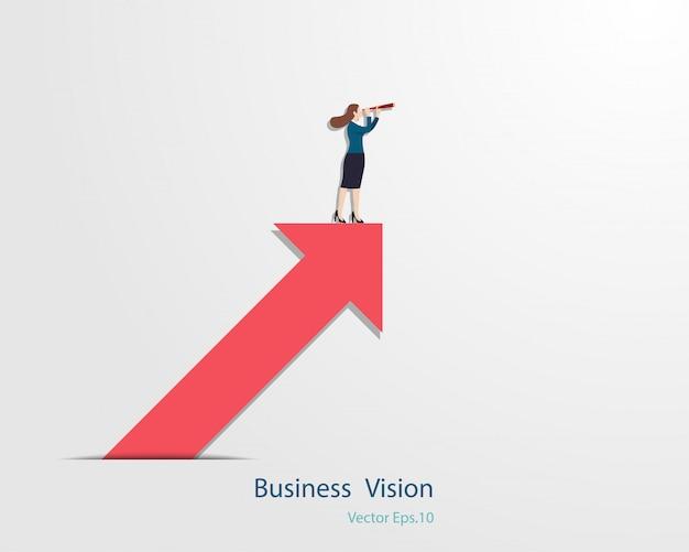 Mujer de negocios que sostiene la situación binocular en la flecha que mira para arriba a la meta del éxito