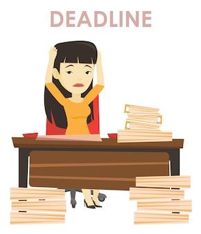 Mujer de negocios que tiene problemas con la fecha límite.