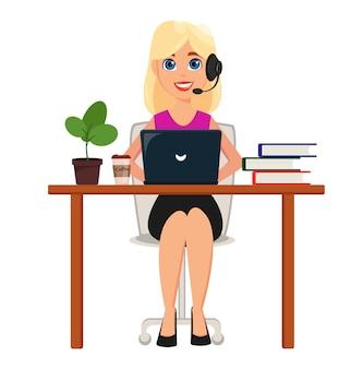 Mujer de negocios que trabaja en la computadora portátil en su escritorio de oficina