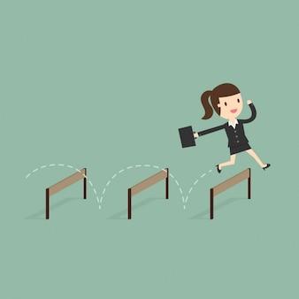 Mujer de negocios saltando obstáculos