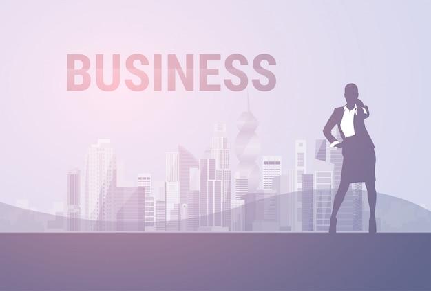 Mujer de negocios silueta negra longitud total hablar celular llamada de teléfono inteligente sobre fondo de la ciudad