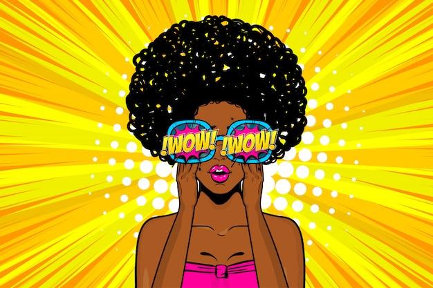 Mujer negra sorprendió wow cara en estilo pop art en amarillo