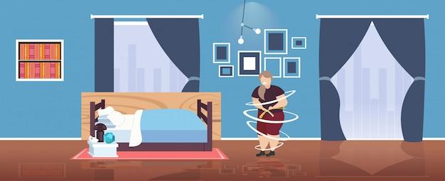 Mujer obesa gorda midiendo su cintura niña con sobrepeso triste usando cinta métrica concepto de obesidad de pérdida de peso interior moderno dormitorio horizontal completo