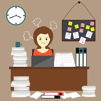 Mujer ocupada y estresada trabajando hasta tarde.