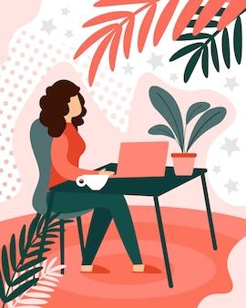 Mujer ocupada freelancer trabajando remotamente en una computadora portátil