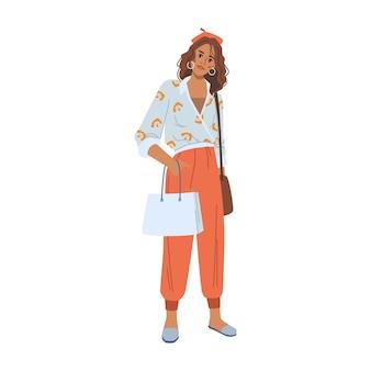 Mujer con paquete de compras, pantalones y blusa