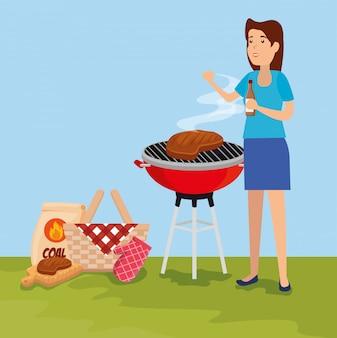 Mujer con parrilla de comida de carne y canasta
