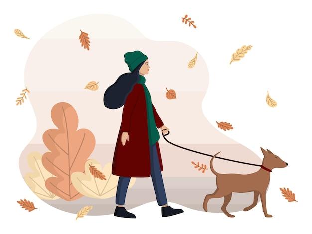 La mujer está paseando al perro.