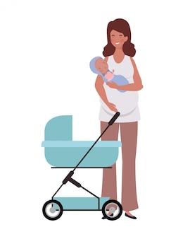 Mujer de pie con un bebé recién nacido en cochecito