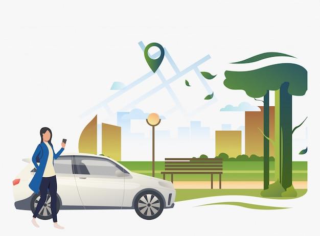 Mujer de pie en coche con el parque de la ciudad y el puntero en el mapa