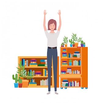 Mujer de pie con estantería de madera y libros.